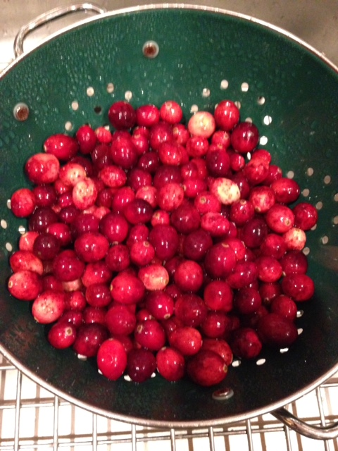 Wash cranberries in colander to clean neversaydiebeauty.com @redAllison