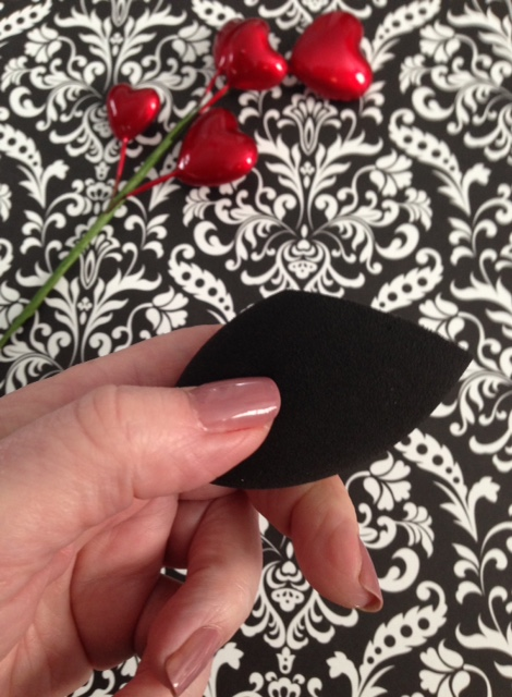 Beauty Junkees contour sponge flat angled side neversaydiebeauty.com @redAllison