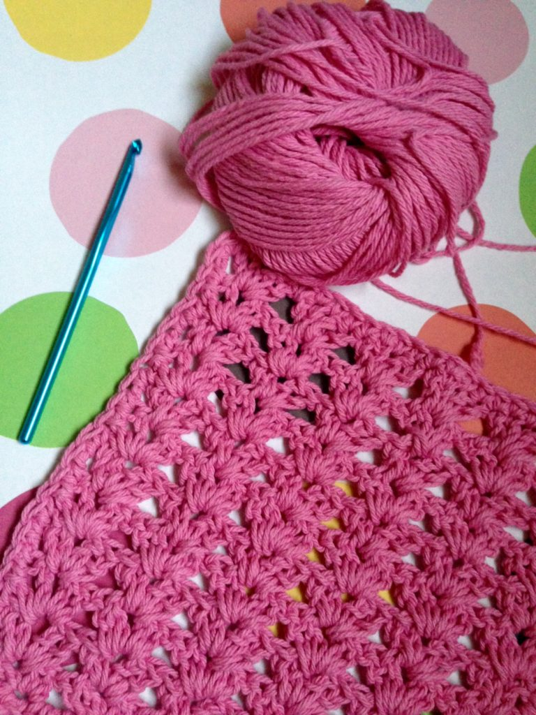 crochet hook, pink cotton yarn and washcloth neversaydiebeauty.com