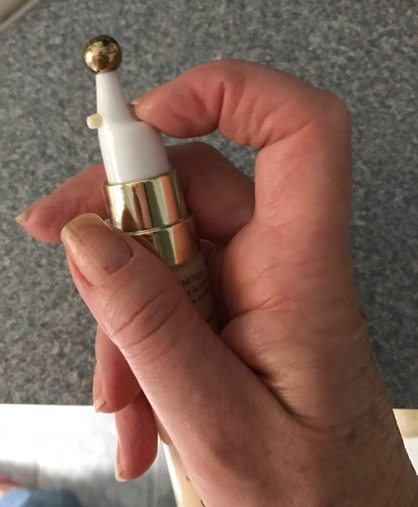 how to operate the SimySkin Anti-Age Eye Serum pump neversaydiebeauty.com